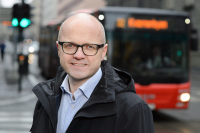 Climate and Environment Minister Vidar Helgesen wants more motorists to take the bus, but his measures to cut emissions within transport and agriculture will be more than offset by his own government's ongoing support for the oil industry. Critics claim he and his fellow minister Tord Lien, in charge of oil and energy issues, are on a collision course. PHOTO: Klima- og Miljødepartementet