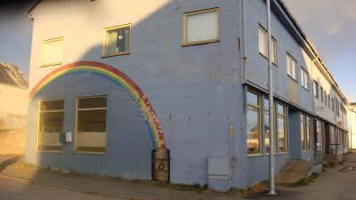 Street art on a rundown building in Norway's Arctic city of Vardø suggests that a barrel of oil lies at the end of the rainbow. Not so, claim environmental activists, who are protesting new exploration projects in the Barents Sea. PHOTO: newsinenglish.no