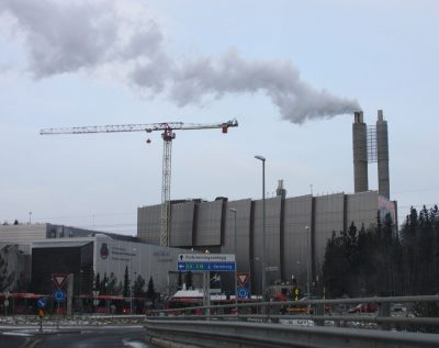 Oslo politicians are lobbying hard to get the state to help pay for a carbon capture and storage facility here at the Klemtsrud garbage processing and thermal power plant. The city won't need to spend money it planned to allocate for a Winter Olympics, but can't seem to spend it instead on a facility that could help halt climate change. PHOTO: Wikipedia