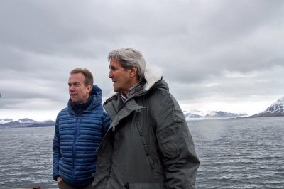 Brende and Kerry took time for some fresh air while visiting the research center at Ny Ålesund on Svalbard. PHOTO: Utenriksdepartementet/Kristin Enstad