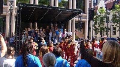 Norway's central bank boss, Øystein Olsen, sang the country's traditional song along with children at Norges Bank's bicentennial celebrations in Oslo on Sunday. PHOTO: newsinenglish.no/Nina Berglund