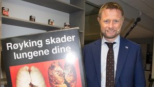 Health Minister Bent Høie with a sample of the proposed cigarette packaging. PHOTO: Helse- og omsorgsdepartementet