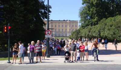 Thousands of tourists have been roaming all over Oslo this summer, like here on the grounds of the Royal Palace. PHOTO: newsinenglish.no