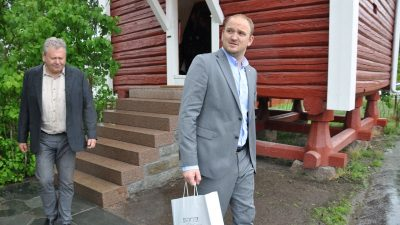 Agriculture Minister Jon Georg Dale on his way out of the farm shop set up at Egge Gård in Lier. At left, cider producer Marius Egge. PHOTO: Landbruksdepartementet