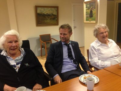 Health Minister Bent Høie from the Conservative Party, shown here during a visit to an Oslo elder center, is trying to reduce difference in elder care from town to town. While the state distributes public funds for nursing homes, for example, it's the kommuner (local governments) that administer them. PHOTO: Helsedepartementet