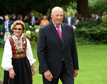 """King Harald and Queen Sonja invited around 1,500 guests from all over Norway to a garden party on the palace grounds on Thursday. They wanted to celebrate their 25 years as king and queen with """"a Norway in miniature."""" PHOTO: Det kongelige hoff/Sven Gjeruldsen"""