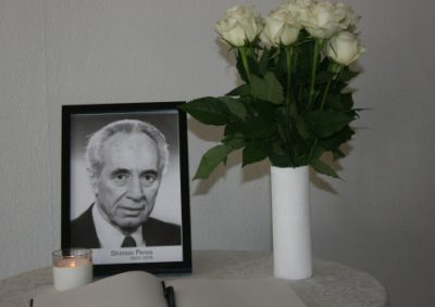 The Nobel Peace Center in Oslo set up a memorial protocol to Shimon Peres on Wednesday. Peres, who died during the night at an age of 93, won the Nobel Peace Prize 22 years ago, but failed to see peace between Israel and the Palestains attained in his lifetime. PHOTO: Nobel Peace Center