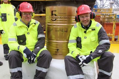 Oil Minister Tord Lien (right) is bullish on Norway's offshore oil industry, but says he simply made a mistake when including waters off Lofoten and other sensitive areas in the government's latest offshore licensing round. Lien took a break from the controversy to visit the Statfjord A oil field on Monday with Statoil executive Arne Sivve Nylund (left), to celebrate production of Statfjord's 5 billionth barrel of oil. PHOTO: EBM/OED