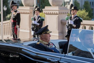 King Harald V arrived at the Parliament with Queen Sonja in the Royal Palace's 1966 Lincoln Continental convertible. Royal Guards, other soldiers and Norwegian flags lined the street all the way from the Palace to the Parliament. PHOTO: Stortinget