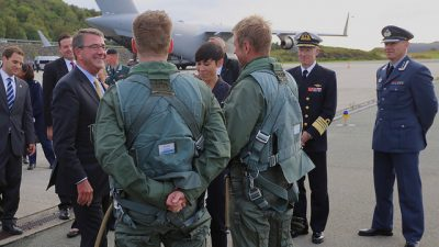 Ashton Carter (left) became the first US Secretary of Defense to visit Norway in 11 years when he flew in for a two-day visit in early September. He's shown here speaking with fighter jet pilots at the Norwegian air station ini Bodø. Norwegian Defense Minister Ine Eriksen Søreide is shown with bowed head in the background. PHOTO: Forsvarsdepartementet