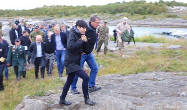 Norwegian Defense Minister Ine Eriksen Søreide and US Defense Secretary Aston Carter had quite an entourage when Carter visited Norway in September. PHOTO: Forsvarsdepartement/Asgeir Spange Brekke