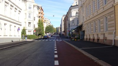 Street parking in many Oslo neighbourhoods, like here in Vika, has been disappearing in favour of bike lanes. Angry residents with no place to park their cars have been protesting, and now the city government's anti-car politicians are shifting into lower gear. PHOTO: newsinenglish.no