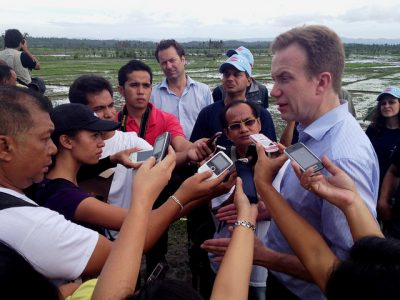 Brende attracted attention from local media in the Philippines when he visited to oversee emergency aid issued after a typoon three years ago. PHOTO: Utenriksdepartementet/Astrid Sehl