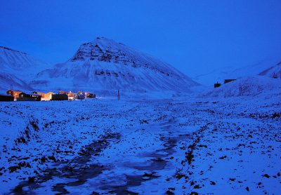 The small community of Nybyen, lying alongside mountain slopes on Svalbard, was evacuated Wednesday because of avalanche danger, as a major storm moved in. PHOTO: Wikimedia Commons/Bjørn Christian Tørrissen